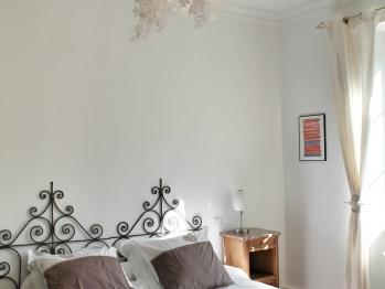Gîte du Sundgau, chambre à coucher lit double -vue sur la forêt