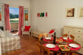 Living and dining area of cottage Grenache