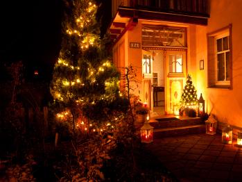 Haupteingang zur Weihnachtszeit
