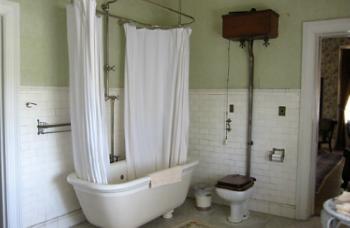 Mr. Cruikshank's Chamber (bathroom)