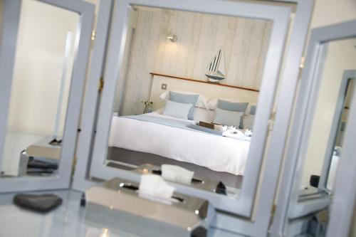 Double or Twin-Deluxe-Ensuite with Bath-Room 1  - Double or Twin Room