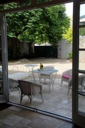 MaisonMaya_vue de la terrasse et du portail de l'interieur
