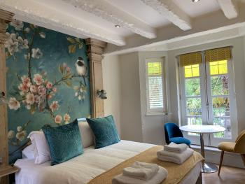 Suite-Deluxe-Ensuite with Bath-Garden View-High Five  - Base Rate