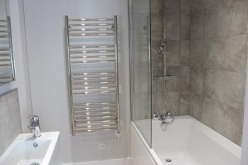 1 Castle Mews - Ensuite bathroom from master bedroom