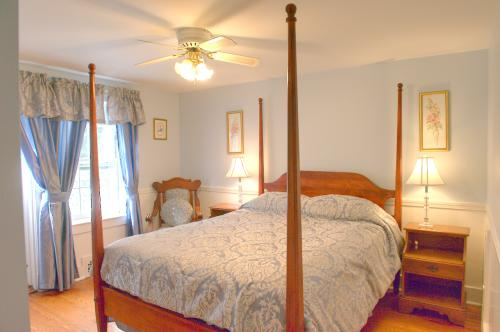 C12 Carriage House - Quee-Queen-Ensuite-Superior-Countryside view