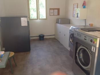 Laverie avec machines à laver et séchoirs