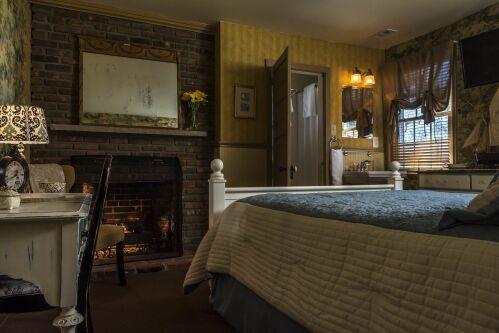 Queen-Ensuite-Standard-Abbott Room