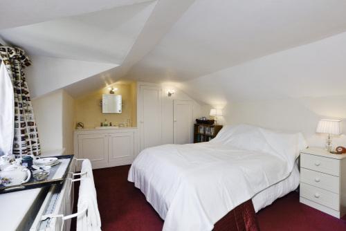 Queen-Traditional-Shared Bathroom-Garden View-Rupert's Room - Room Rate