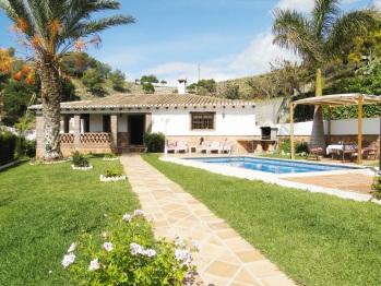 vista de la piscina desde la entrada