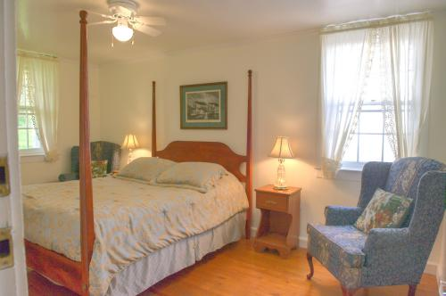 C5 Carriage House - Queen-Queen-Ensuite-Queen-Countryside view - Base Rate