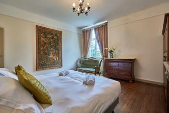 Suite « du Cerf » (3 pers.), composée de deux chambres communicantes avec vue sur parc (chambre double 30 m2 et chambre simple 15 m2) et leur salle de bain