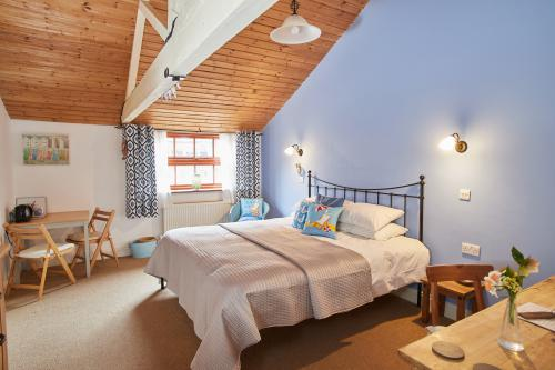 Double room-King-Ensuite with Shower-Courtyard view-Super King