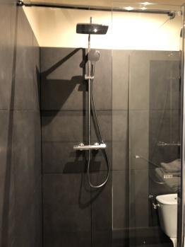 Douches des salles de bain des chambres Insoumise et Intemporelle, Instant La Ferme