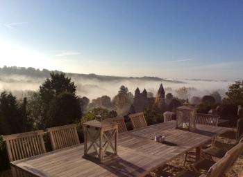 Vue sur l'abbatiale depuis la terrasse de l'Instant La Vue un jour de brume