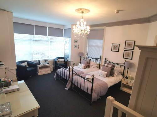 Deluxe-Twin room-Ensuite with Shower-Garden View-Twin room ground floor 4 - Base Rate