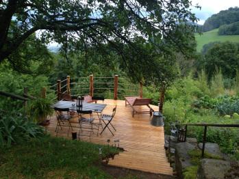 Magnifique terrasse en bois donnant sur le vue sur la montagne