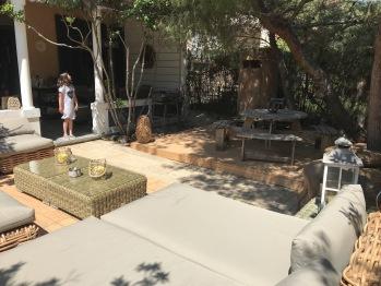 La terrasse avec son coin farniente-apéro