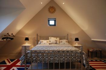 Spring Cottage - King size bedroom with ensuite shower room