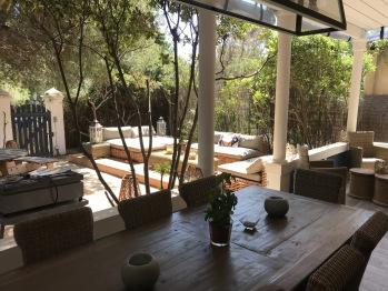 La terrasse couverte avec son coin repas