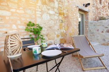Chaises longues et mobilier d'extérieur sur la terrasse privée