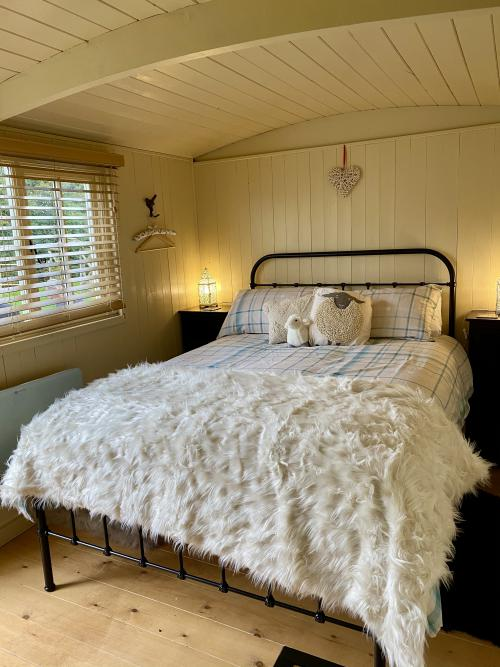 Luxury Shepherds Hut, Double bed