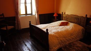 La chambre avec lit de 140 cm