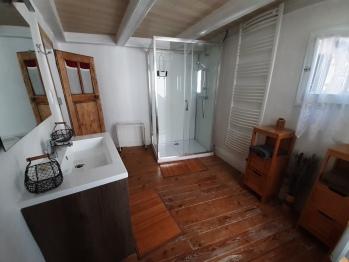 Salle d'eau commune au deux chambres du 1er étage