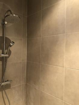 Salle de bain, Chambre Forêt, Instant La Ferme avec sa douche, sa baignoire, son grand vasque et son coin repo