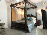 Superior Junior Suite with Four Poster Double & Bunks, Ensuite shower over a bath and Sea Views