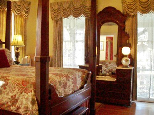Double room-Queen-Ensuite with Bath-Garden View-2nd Floor/Balcony