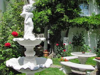 Romantischer Garten mit Sitzplatz und Tisch