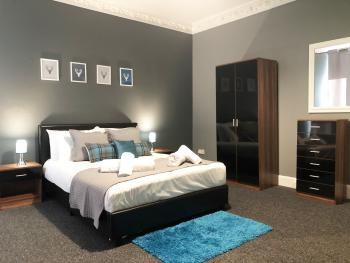 Dundee Serviced Apartment - Comfortable and stylish double bedroom.
