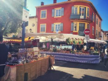 Marché local rue des Oliviers