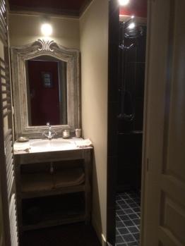 Salle de bain chambre chasse à courre avec vasque, douche et wc
