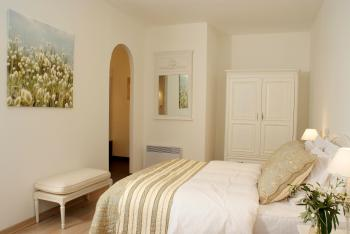 Double bedroom with ensuite bathroom cottage Chardonnay