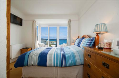 Front double en-suite room with balcony