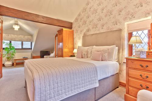 Executive-King-Ensuite with Shower-Countryside view-Pink Room - Base Rate