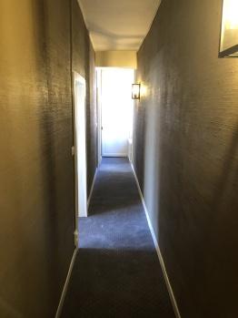 Couloir vers chambre, Instant La Ferme