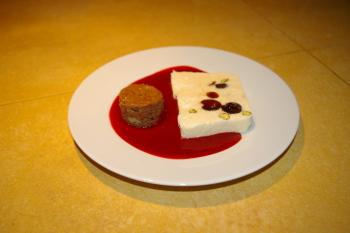A la table d'hôtes : nougat glacé maison et coulis  de framboise, mini-brownie