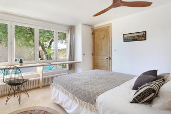 Chambre avec vue sur la terrasse privative et le jardin