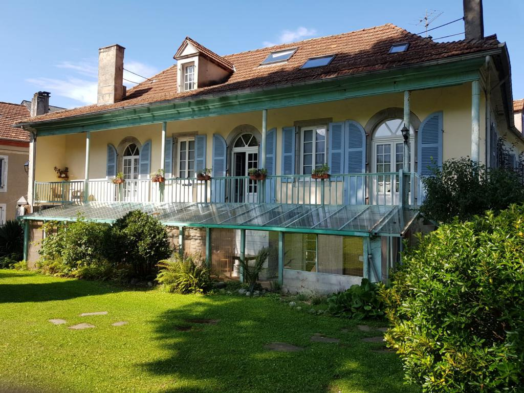 Le balcon qui mène aux chambres