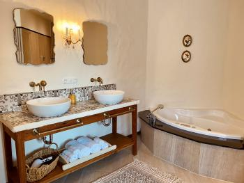 Badezimmer mit Sauna & Whirlpoolwanne