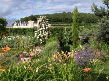 jardin en fleurs et vue du Château