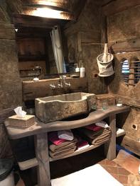La vasque en grès, ancienne auge