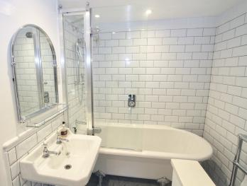 King-Ensuite with Bath - Base Rate