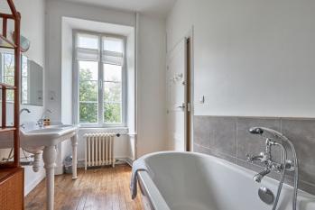 Salle de bain suite Saumur. Baignoire et douche italienne