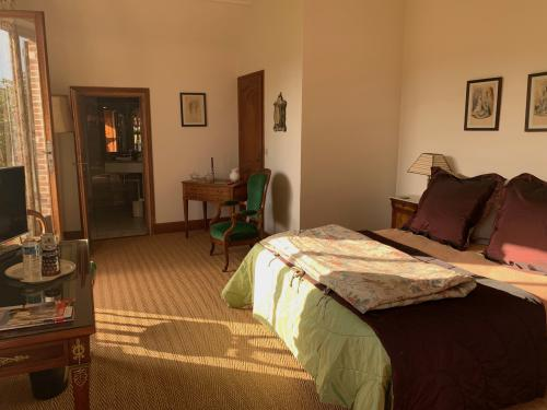 Belle chambre calme à l'étage vue sur les prés et la forêt
