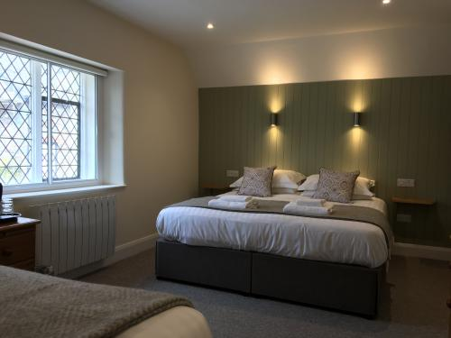 Twin room-Standard-Ensuite with Bath - Base Rate
