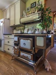 Golden Dreams B&B - Quaint Elmira country kitchen