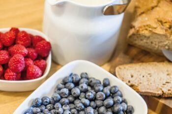 Frisches Obst und Beeren beim Frühstücksbuffet